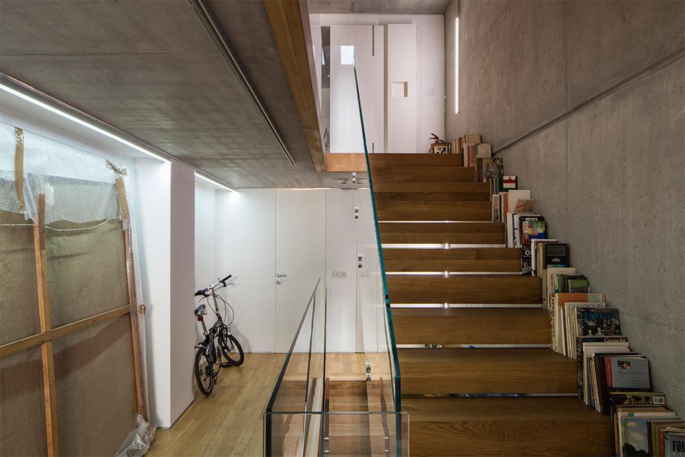 גרם המדרגות. בקצה למעלה דלת משרדה האישי של גבעון (צילום: טל ניסים)
