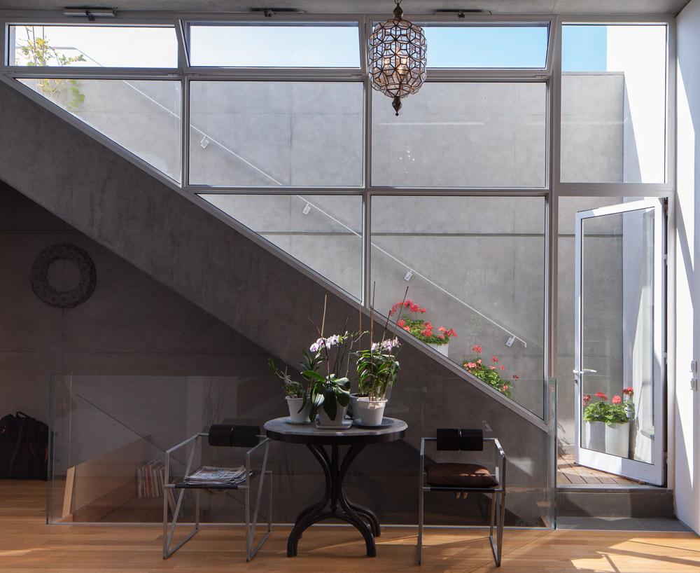 המדרגות העולות לגג (צילום: טל ניסים)