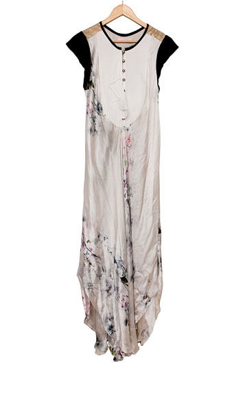 """שמלת משי לבנה עם הדפס פרחי מים עדין, סבינה מוסייב. """"גדלנו יחד באופקים, ולשתינו היו חלומות גדולים"""" (צילום: ענבל מרמרי)"""