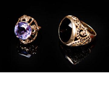 """טבעת אוניקס שחורה וטבעת זהב. """"הטבעת עם האבן הסגולה היא פריט שעובר אצלנו במשפחה כבר 30 שנה. את הטבעת השנייה קיבלתי במתנה מאחי, דניאל אלברשטיין. שתיהן קרובות לי ללב"""" (צילום: ענבל מרמרי)"""