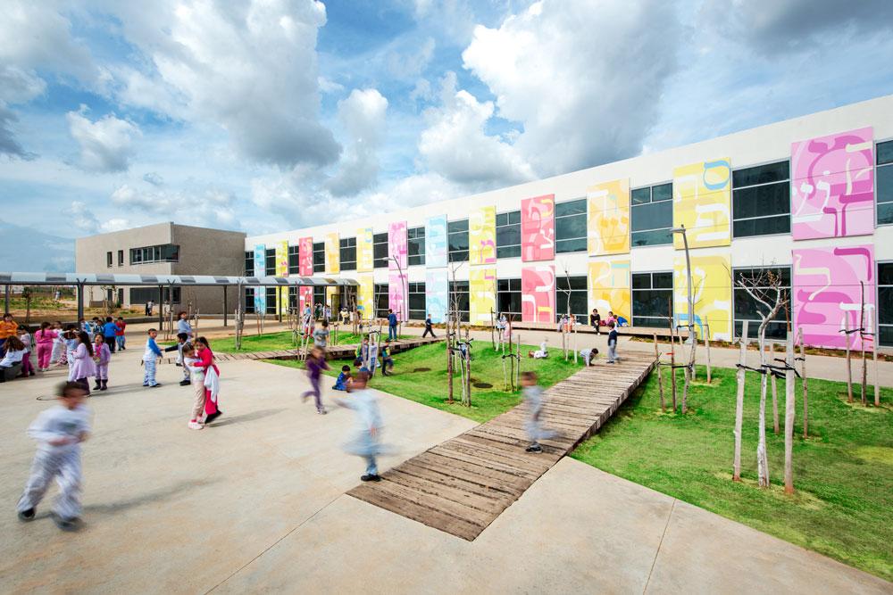 חצר בית הספר הירוק בכפר סבא. אדריכליות הנוף תיכננו בוסתן, כרם ענבים, גידולי שדה והדרים (צילום: ליאור אביטן)