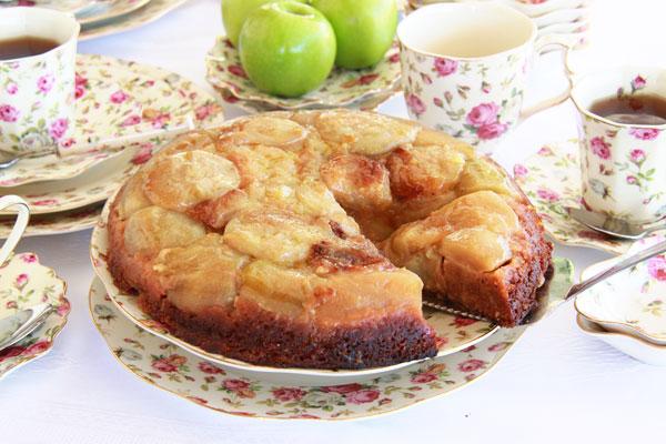 עוגת דבש הפוכה עם תפוחים (צילום: אסנת לסטר )