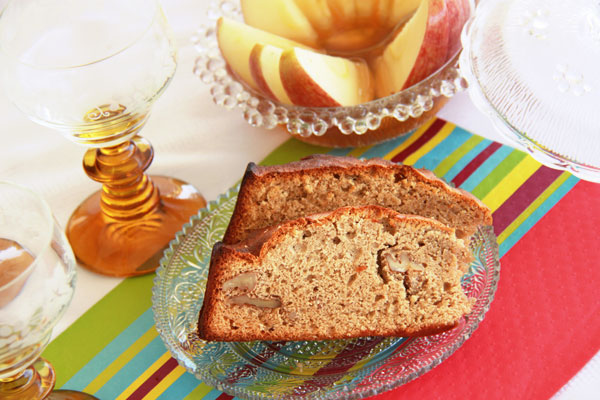 עוגת דבש עם אגוזים (צילום: אסנת לסטר )