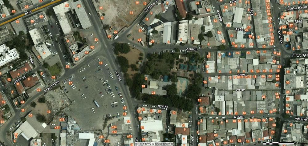 מימין: מתחם בית הספר דרויאנוב והגינה - שמיועדים להריסה ולבניית בית ספר חדש. משמאל: החניון הריק שאפשר לבנות עליו