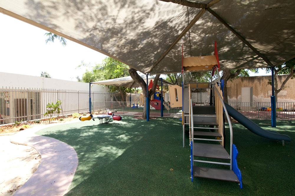 ב-64 גנים בתל אביב-יפו נעשה מהלך מעודד של חשיבה אקולוגית. במקום חצרות החול הרגילות, יש מרחב יצירתי שכולל עצי פרי, מיחזור, בריכות אקולוגיות של חרקים ודגים, וכך הלאה (צילום: דור נבו)
