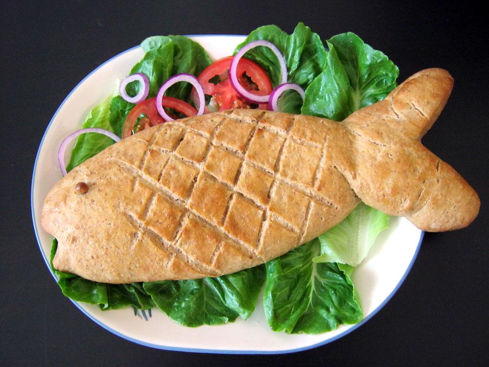 לחם בצורת דג ממולא טונה (צילום: עודד פישר)