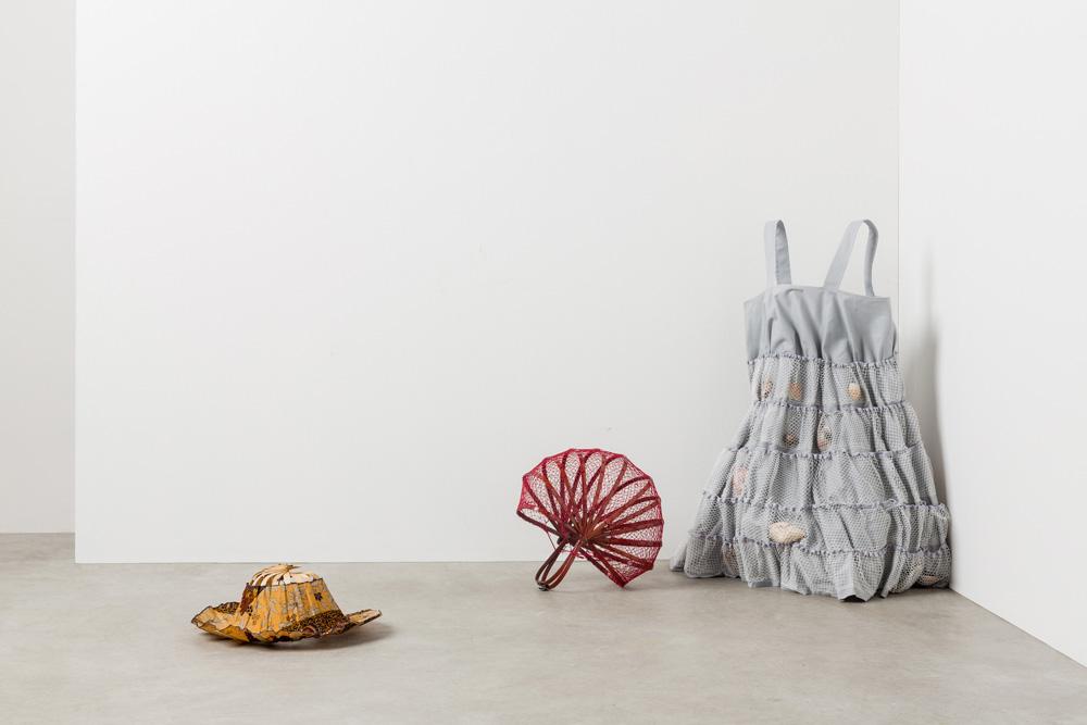 בגדי עבודה לאוספת צדפים. עיצוב של המעצבת האיטלקייה נאני סטרדה בתערוכה במילאנו (צילום: טריאנלה מילאנו)