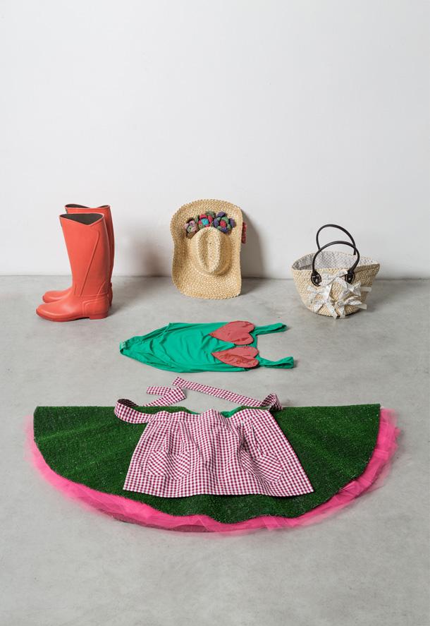 חליפה לגננת עם חצאית תפוחה מדשא מלאכותי. פיורוצ'י (צילום: טריאנלה מילאנו)