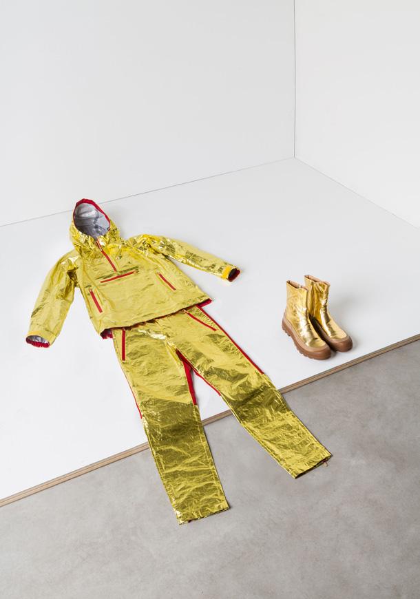 הבגדים מזמינים לחשוב מחדש על האופן שבו הלבוש שלנו נתפס בעיני החברה. עיצוב של איסי מיאקי בתערוכה (צילום: טריאנלה מילאנו)