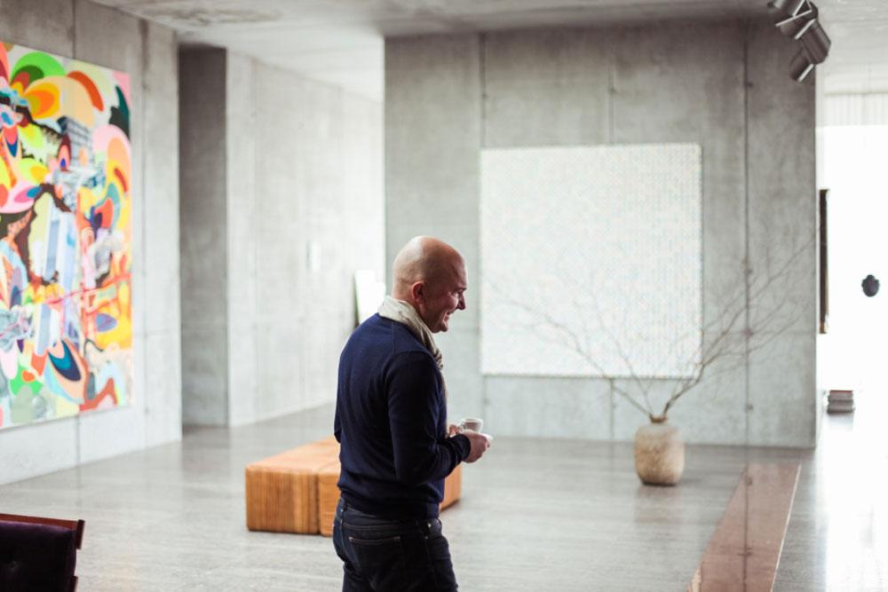 """כריסטיאן בורוס. """"אני מסתכל על הבניין ולא מאמין שאני גר כאן"""" (צילום: Ailine Liefeld for Freunde von Freunden)"""