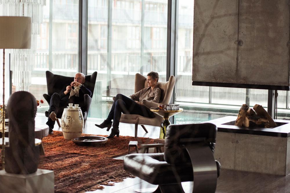 """קארן וכריסטיאן בורוס בסלון ביתם. """"אי אפשר לשכוח את העבר כשגרים במבנה מפלצתי כזה""""  (צילום: Ailine Liefeld for Freunde von Freunden)"""