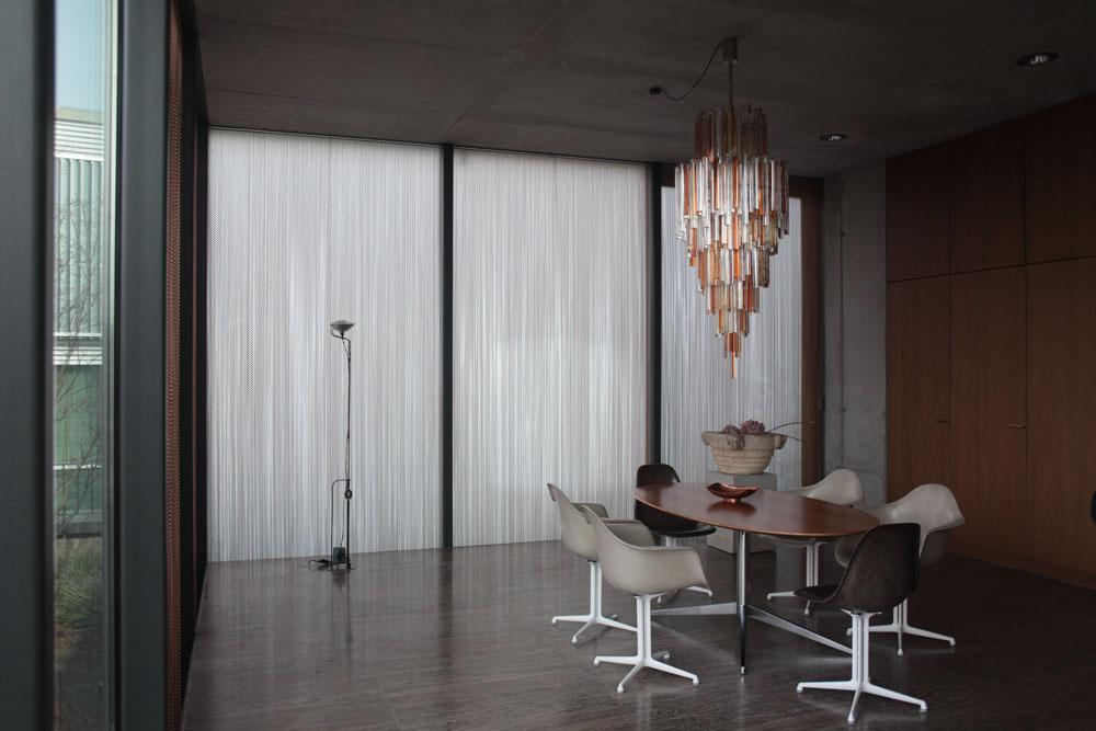 הריהוט, המטבח ודלתות הדירה נבנו מעץ אלון, חדרי האמבטיה מאבן גיר כהה, וקירות של בטון חשוף מהדהדים את הבונקר שלמטה (צילום: Ailine Liefeld for Freunde von Freunden)