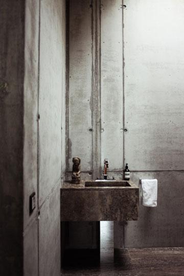 אבן גיר כהה בחדר האמבטיה (צילום: Ailine Liefeld for Freunde von Freunden)