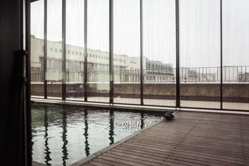 בתקרה נחצבה בריכת שחייה המאפשרת את השתקפות האור לחלל הפנטהאוז (צילום: Ailine Liefeld for Freunde von Freunden)