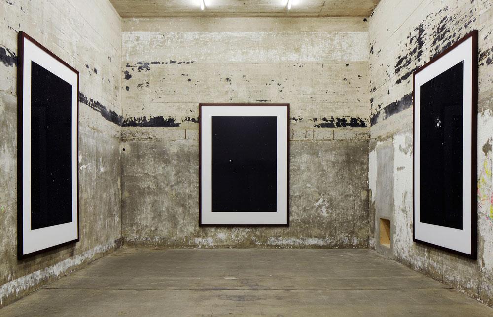 עבודה של תומס רוף המוצגת בבונקר על קירות הבטון החשוף. חזיתות הבניין עברו ניקוי יסודי, אבל הקירות הפנימיים נותרו כשהיו (צילום: NOSHE)