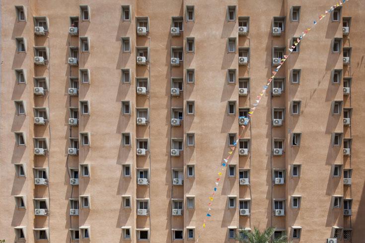 בבניין הזה גרים פחות ופחות ישראלים ותיקים, ובמקומם מגיעים עולים חדשים וחרדים (צילום: טל ניסים)