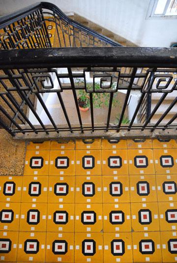 ההקפדה על פרטי מדרגות החלה בבניינים האקלקטיים שנבנו בתל אביב הקטנה בשנות ה-20 של המאה הקודמת (צילום: אבי לוי)