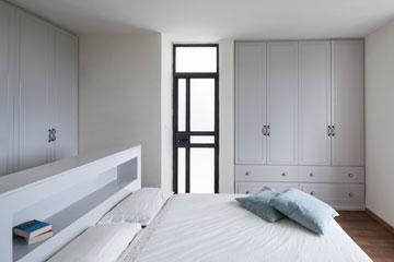 המיטה במרכז, מסביב ארונות ודלתות יציאה למרפסות (צילום: טל ניסים)