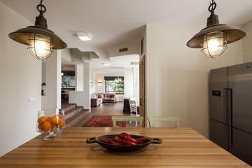 """ו""""אחרי"""", מבט מכיוון המטבח. קיר המזווה שחצץ בינו לבין פינת האוכל בוטל גם הוא (צילום: טל ניסים)"""