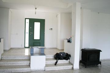 """הכניסה """"לפני"""". האדנית הבנויה במדרגות בוטלה (צילום: ענבר מנגד)"""