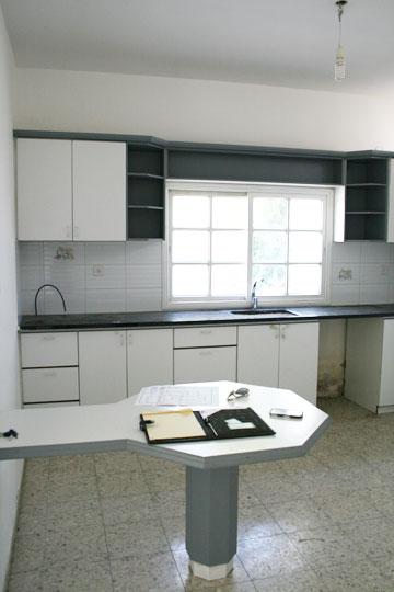 """המטבח """"לפני"""". רק המיקום נשאר כשהיה (צילום: ענבר מנגד)"""