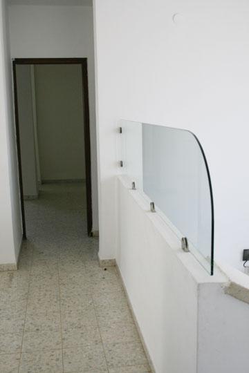 """ישורת המדרגות בקומה העליונה, """"לפני"""" (צילום: ענבר מנגד)"""
