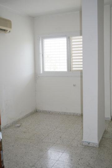 """כך נראה חדרה של הבת """"לפני"""" (צילום: ענבר מנגד)"""