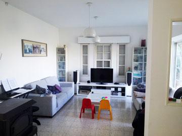 """הסלון """"לפני"""". שלושה חלונות קטנים עם אלומיניום לבן (צילום: ענבר מנגד)"""
