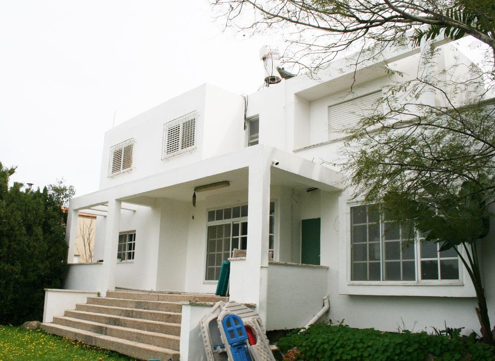 """חזית הבית """"לפני"""". כדי לנצל את הנכס העיקרי של הבית - הנוף - החליטה המעצבת ענבר מנגד להגדיל את החלונות ככל הניתן ול''נקות'' אותם מהחלוקות, הסורגים והתריסים הישנים (צילום: ענבר מנגד)"""