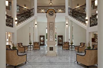 גרם המדרגות המפואר של מלון פאלאס, שנבנה בירושלים ב-1929 ושוחזר בגרסתו החדשה כ''וולדורף אסטוריה'' (צילום: עמית גרון)
