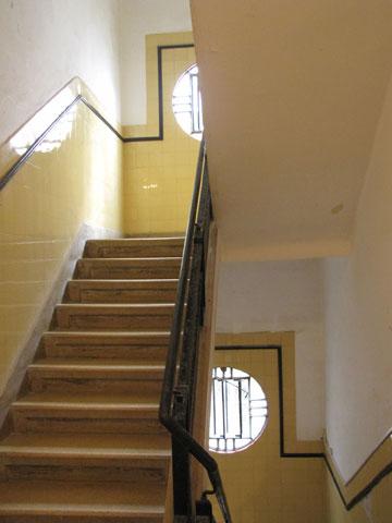 מדרגות בבניין באוהאוס תל אביבי. דגש על פרטים (צילום: נעמה ריבה)