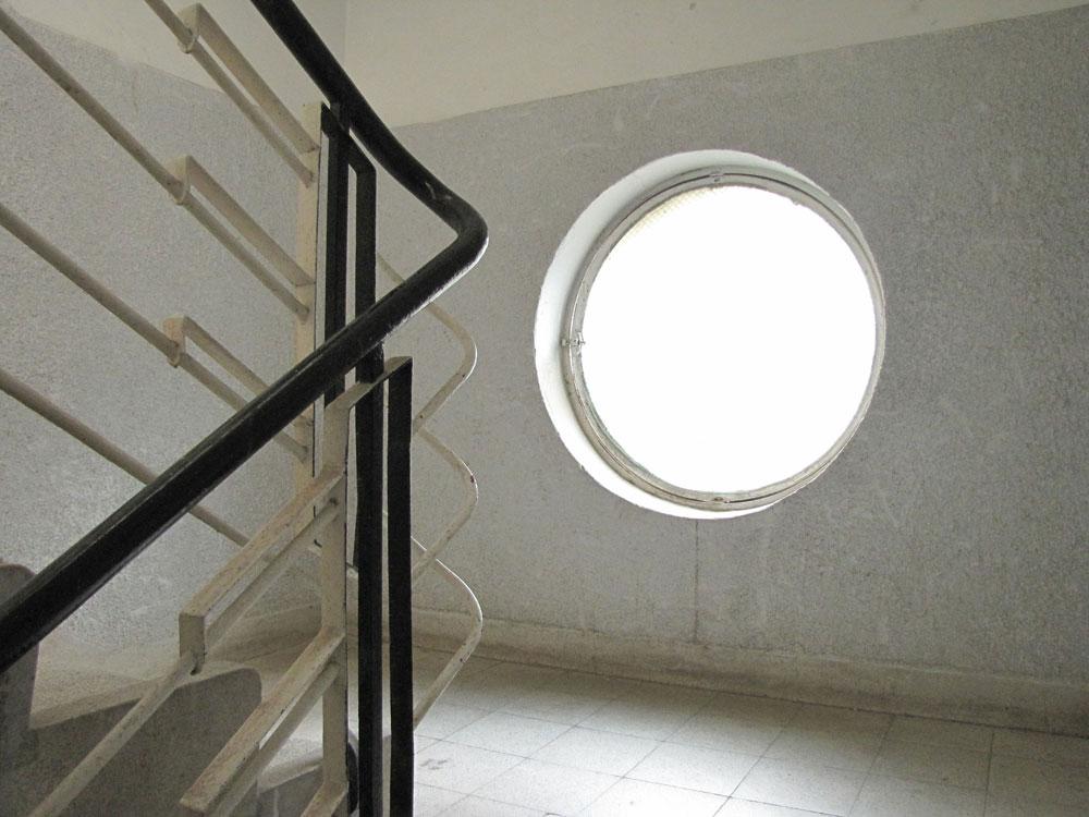 דוגמה נוספת לחדר מדרגות מאותן שנים, שאמנם לא שופץ אך עדיין נראה נאה (צילום: נעמה ריבה)