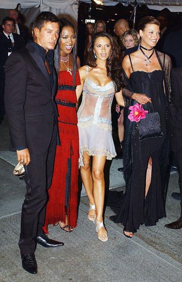 לינדה אוונג'ליסטה עם ויקטוריה בקהאם, נעמי קמפבל וסטפנו גבאנה, 2003 (צילום: gettyimages)