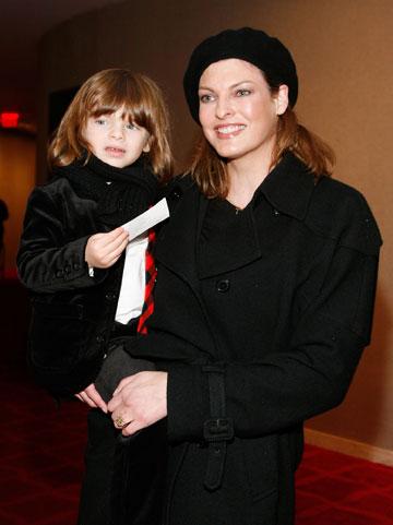 """אוונג'ליסטה והבן אוגוסטין ג'יימס, 2009. """"לינדה שמחה מאוד להיכנס להיריון, אבל זאת לא היתה התוכנית"""", אמר פרנסואה הנרי-פינו (צילום: gettyimages)"""