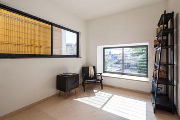 גם חדר ההורים נהנה מחלון נוסף בזכות המרווח שתוכנן (התמונות צולמו לפני האכלוס, והריהוט הושאל מ''קסטיאל as is'') (צילום: טל ניסים)