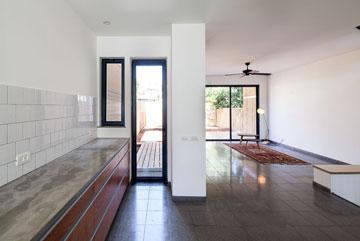 מהמטבח יש דלת יציאה לגינה (צילום: טל ניסים)