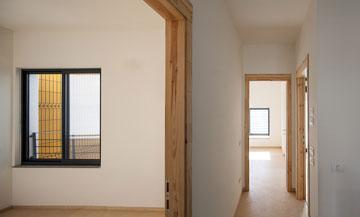 קומת חדרי השינה רוצפה בלוחות עץ סנדוויץ' פשוט. מבט מחדר הילדים לכיוון חדר ההורים (צילום: טל ניסים)