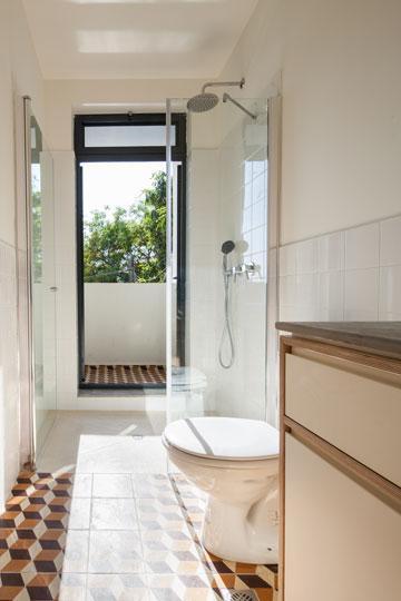 בחדר הרחצה המשותף אין אמבטיה, כי אם מקלחון גדול, שממנו יציאה למרפסת (צילום: טל ניסים)