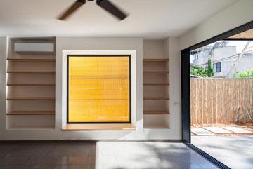 כך נראה הקיר הצהוב מתוך הסלון. בעתיד הוא יהיה ירוק (צילום: טל ניסים)