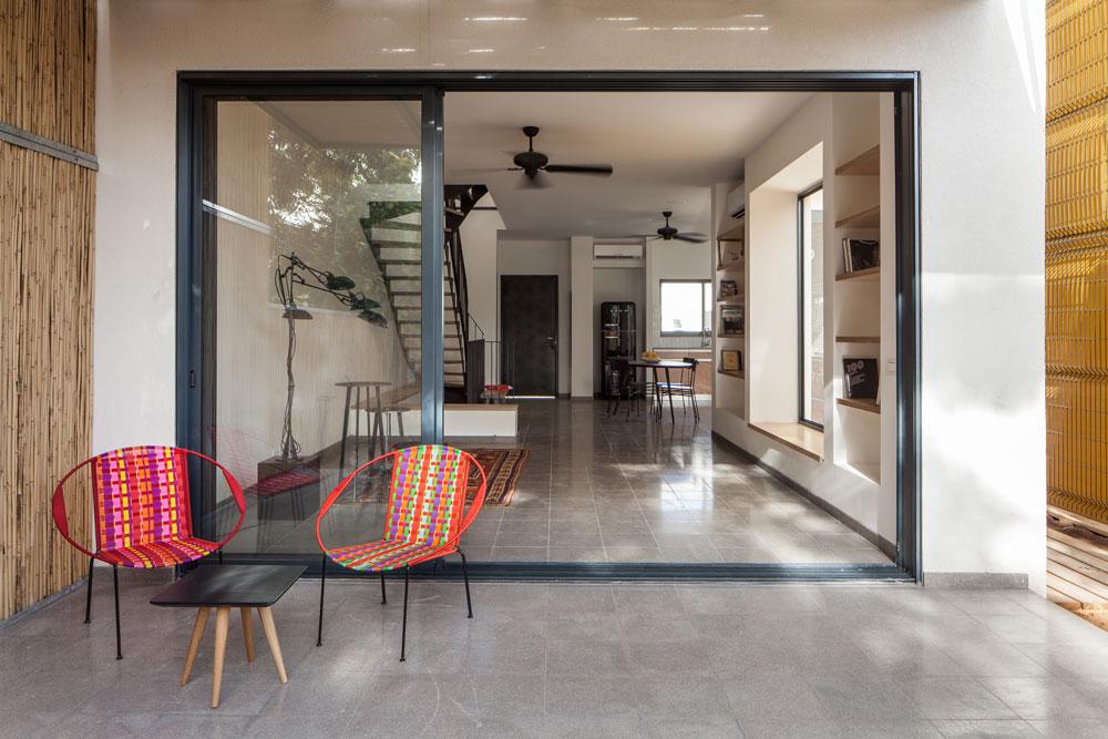 בעיצוב הפנים לא נעשה שימוש בחומרים יוקרתיים, להיפך: המדרגות וקומת חדרי השינה, למשל, חופו בלוחות עץ סנדוויץ' פשוט, וקומת הכניסה רוצפה במרצפות טראצו כהות. ''היה לנו ברור שאנחנו רוצים לעבוד עם חומרים ישירים וגולמיים'', אומר שרון, ''שמתאימים למקום. הבית יוצא דופן בסביבתו, אך גם שייך'' (צילום: טל ניסים)