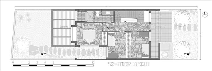 תוכנית קומת חדרי השינה, בשטח של 40 מ''ר: חדר ילדים גדול שאפשר יהיה לחלק בעתיד לשניים בעזרת ארון בגדים (מימין), חדר רחצה וחדר הורים, שפונה לגינה האחורית ולחצר הקטנה שנוצרה בעזרת מרווח מהבית הצמוד (תכנית: עמיחי שרון)
