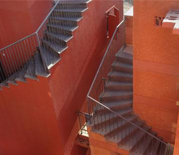 מדרגות חיצוניות בבניין ביפו, בתכנון שמואל גרוברמן (צילום: אמית הרמן)