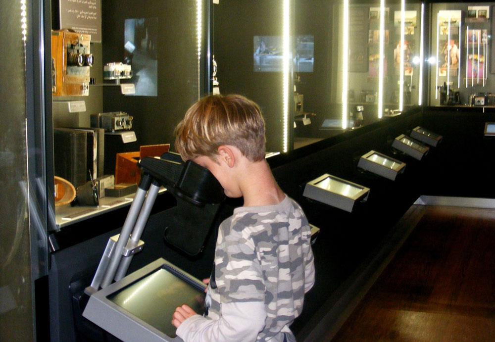 המוזיאון הפתוח לצילום, תל חי. מכינים פוטוגרמות בעזרת חפצים (צילום: עופר בלנק)