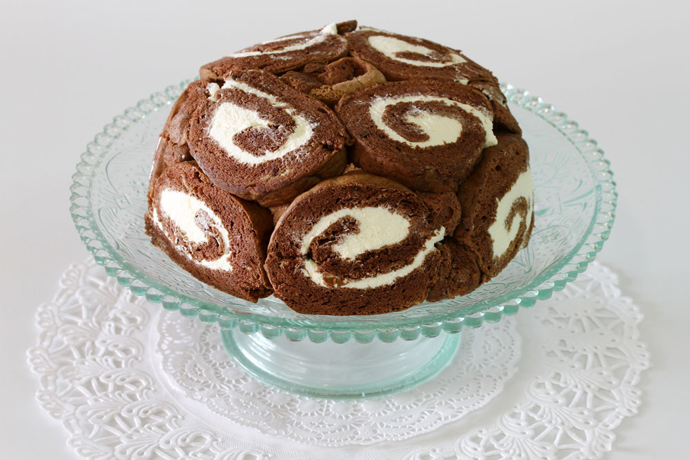 בפנים מתחבא מוס שוקולד. עוגת שארלוט (צילום: אסנת לסטר)