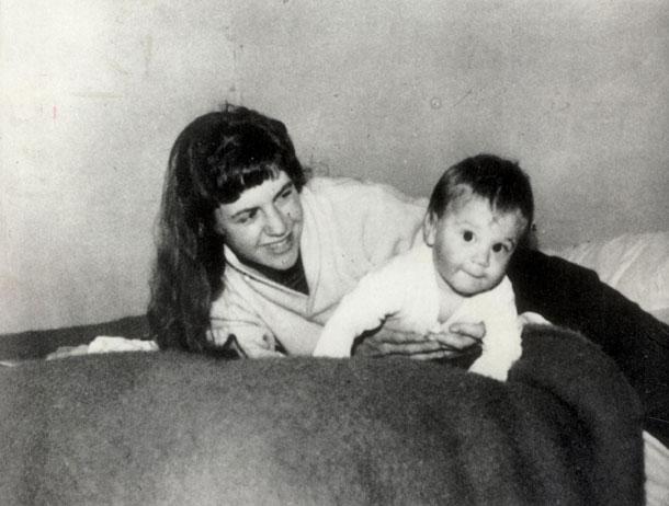 """פלאת עם בנה ניקולס. """"למות זאת אמנות"""" (צילום: rex/asap creative)"""