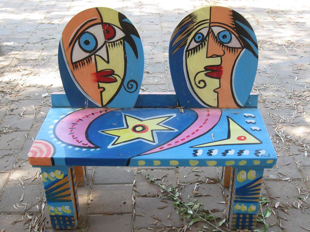 גלריית קקאדו, מושב צפרירים. מציירים על מוצרים שימושיים (צילום: אריאלה אפללו)