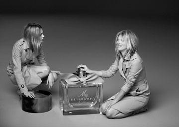 שתי חובבות שערוריות בקמפיין אחד. קייט מוס וקארה דלווין בקמפיין הבושם החדש של ברברי (צילום: מריו טסטינו)