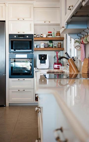 סגנון כפרי וגוון שמנת במטבח, המתוכנן בצורת האות ר' (צילום: גלעד ארדט)