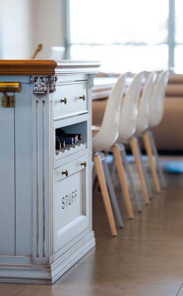 """שולחן האוכל הצמוד ל""""אי"""" מיועד לשמונה סועדים (צילום: גלעד ארדט)"""