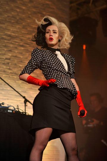 אזליה מחופשת לקרואלה דה ויל, אייקון האופנה האולטימטיבי שלה (צילום: gettyimages)